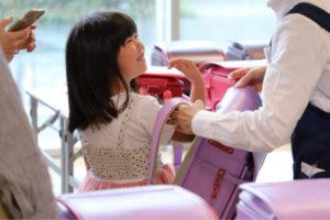 池田屋ランドセルの展示会に参加する子ども